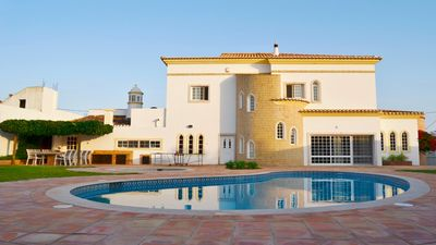 Photo for Beautiful 6-bedroom villa with swimming pool, in the surroundings of Albufeira.