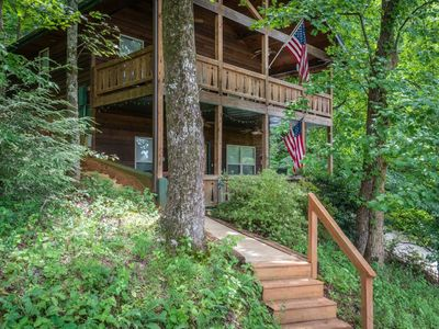 If you`re looking for primetime location in Helen, GA this property is for you. This cozy rustic cab