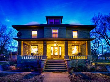 Cozy B&B in the Flint Hills. Within walking distance of the Historic Courthouse.
