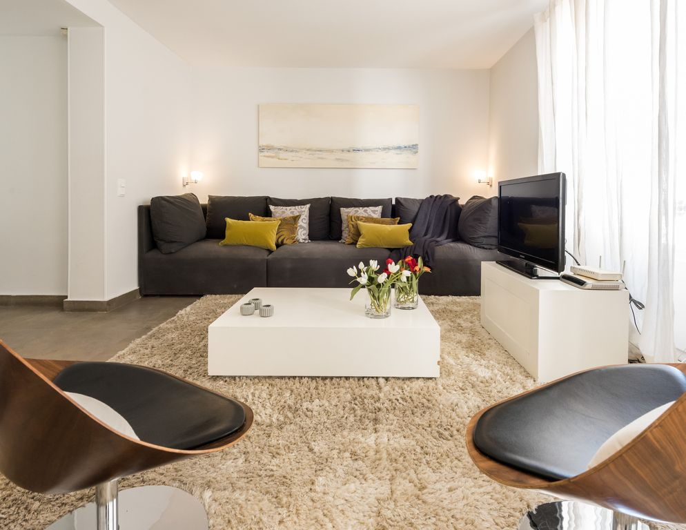 stunning 2 bed near royal palace madrid madrid area rentals and resorts. Black Bedroom Furniture Sets. Home Design Ideas