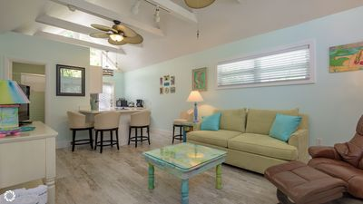 Island Style- Pet-friendly Cottage 2 1/2 block off Duval- Shared pool
