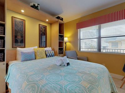 Beach Getaway! Easy Beach Access. Close to Shopping & Dining. Great Value!