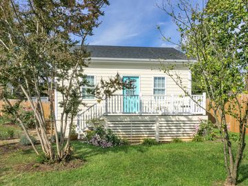 Super cute one bedroom cottage on the best street in Belmont. Off street parking