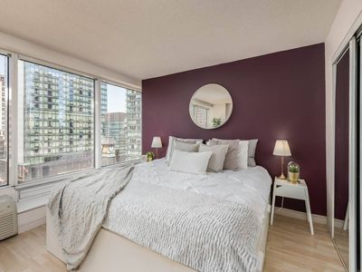 Photo for Bright & Spacious Corner Suite (Yonge & Bloor)