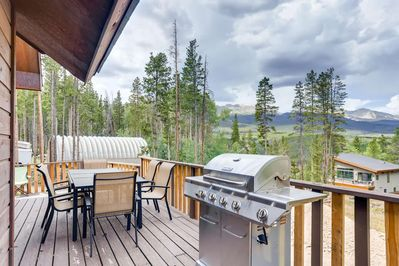 Relax on your private deck & BBQ with amazing views