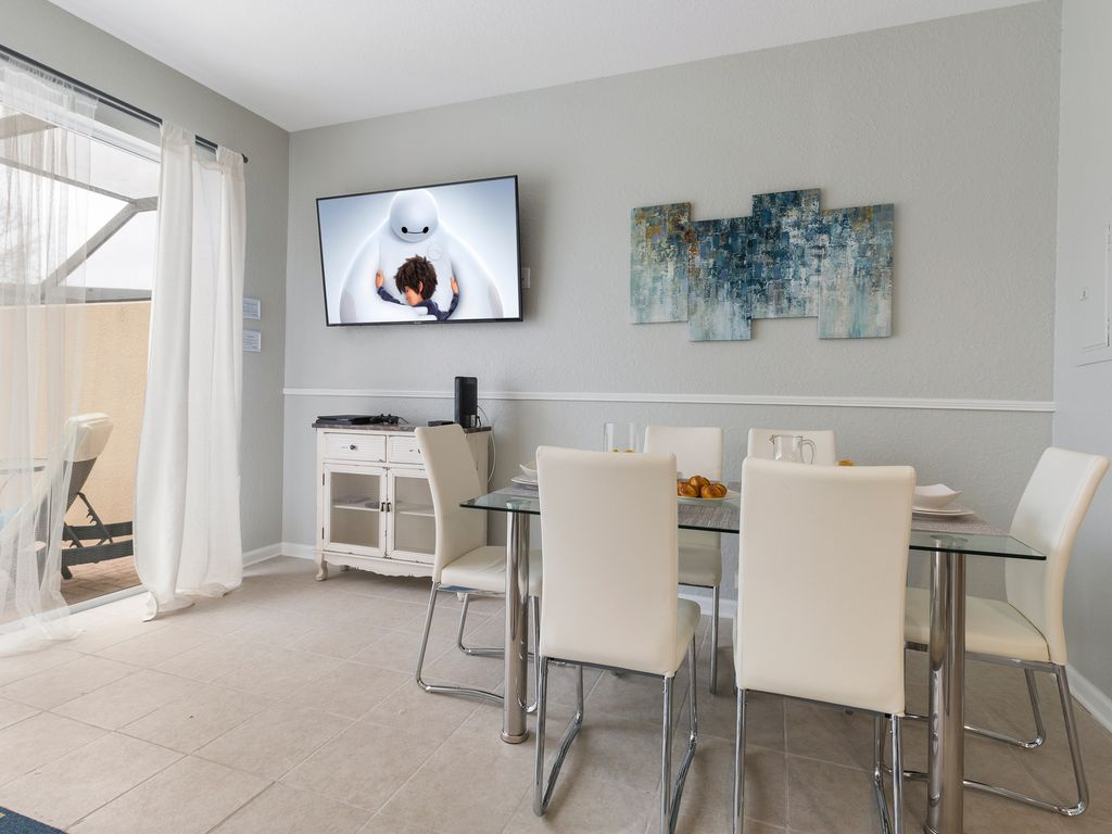 Beau Kissimmee Townhome Rental   A Dining Table To Seat 6 And A SMART TV For You