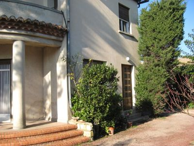 Photo for 70m2 apartment, 3 rooms kitchen + garden with trees 20 minutes from Avignon