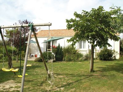 Photo for Detached holiday home with garden, terrace and swimming pool, 500m from the sea
