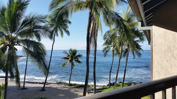 Top Floor Beachfront/Impeccable Remodel/ A/C /KingBed/Walk to Town/Free Wifi/