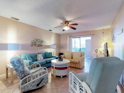 Photo for Delightful condo w/shared pool, two lanais - walk to beach, dining, shopping!