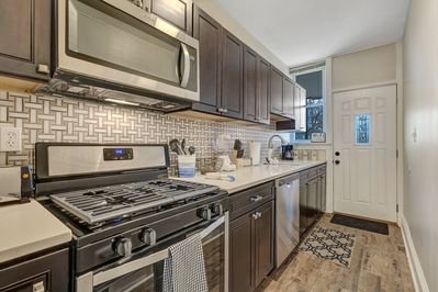 Dishwasher, gas stove, microwave and all the kitchen equipment to make meals!
