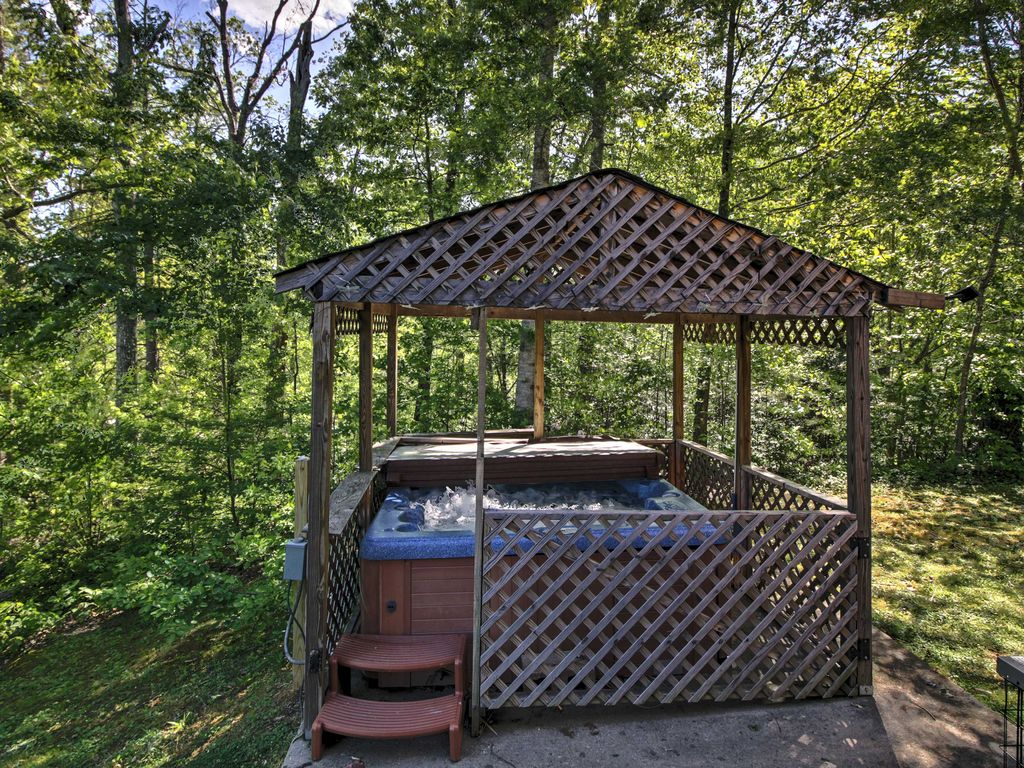 New 3br gatlinburg cabin w large deck hot tub for Large cabin rentals in tennessee