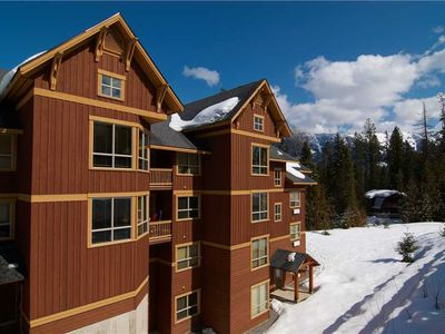 Photo for On-mountain condo with kitchen, outdoor pool, hot tubs & BBQ access, 5min walk to ski lifts: T613