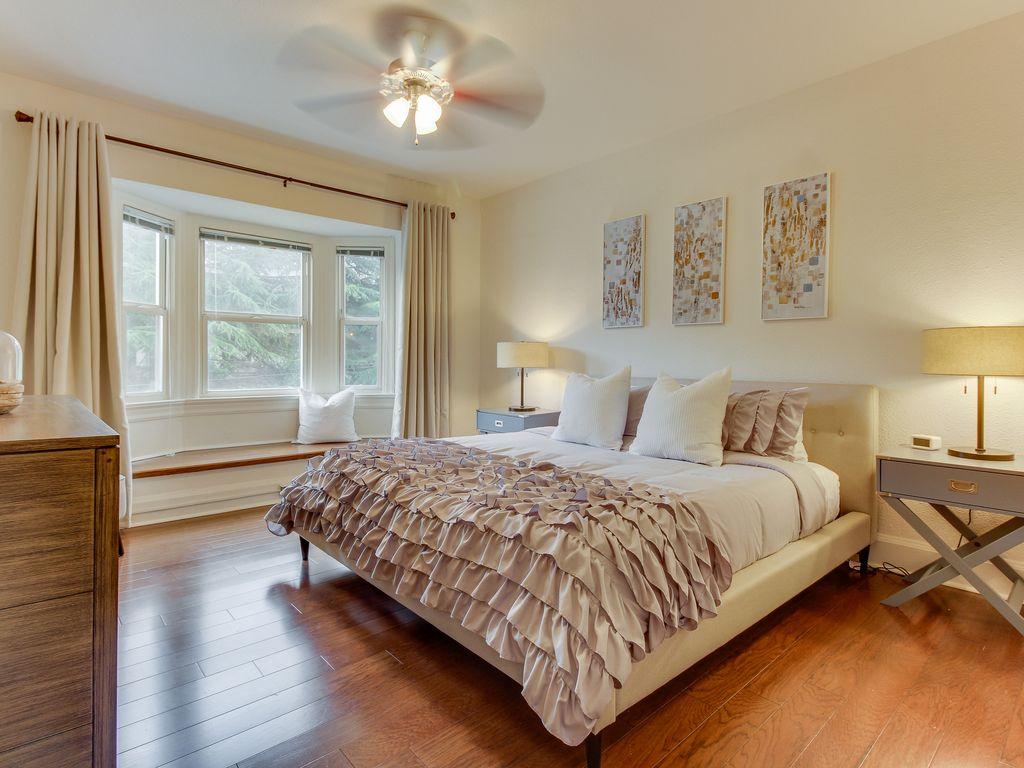 Condo in vintage building w/ forest views, walk to East Lake Union