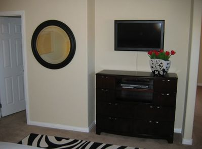 Master suite w/32' HDTV, DVD player, and large walk-in closet