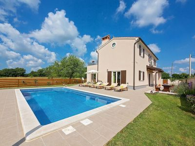 Photo for Well maintained villa with private pool and terrace near the medieval town of Barban
