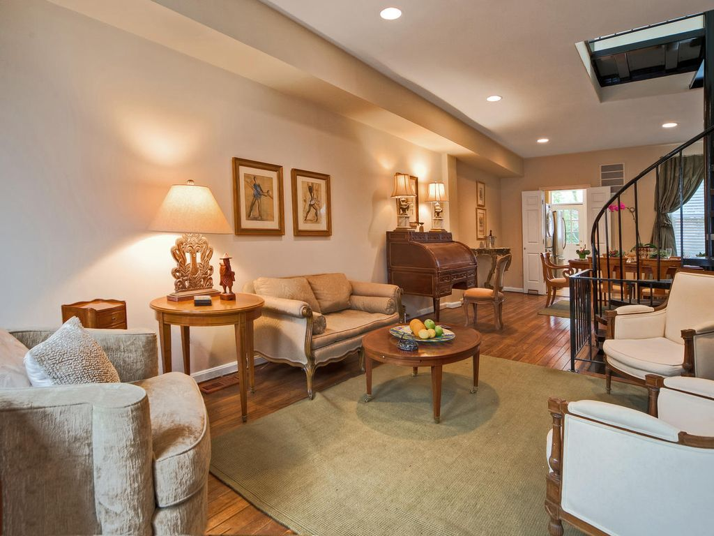 jewel box with a garden in georgetown vrbo