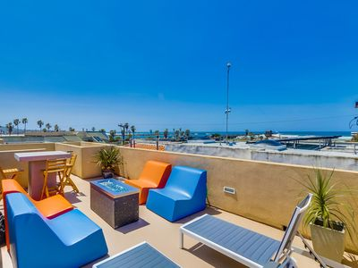 OCEAN VIEW! Steps to Sand, Beach Volleyball Courts, AC, Roof Deck, Bikes, Private Home!