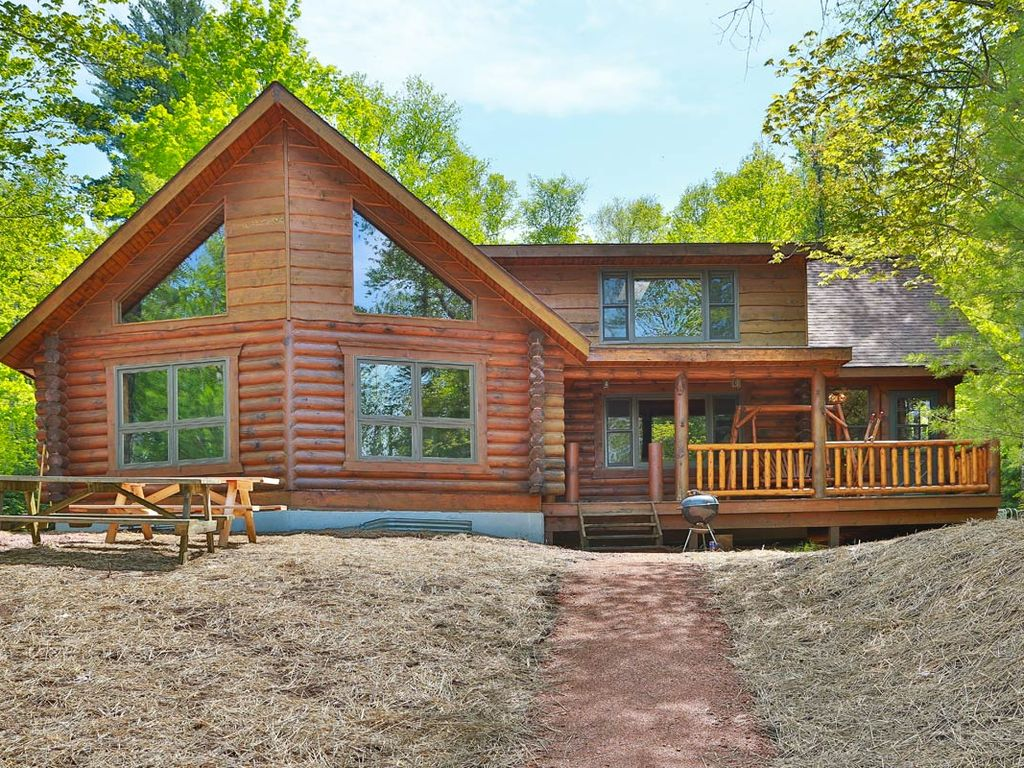 Total seclusion hiller vacation homes 2 500 sq ft for Vacation log homes