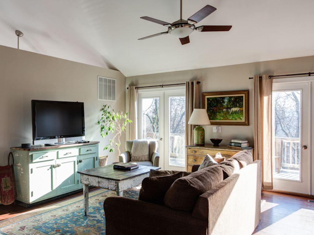 Downtown charlottesville carriage house a vrbo for Charlottesville cabin rentals hot tub