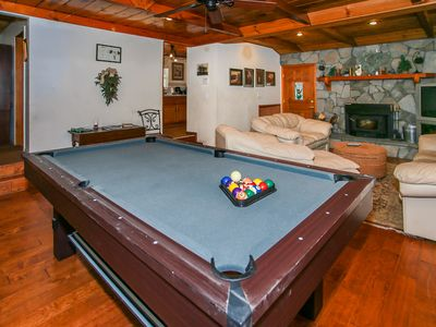 Close to SLOPES! Walk to LAKE / VILLAGE, Private Hot Tub! Pool table