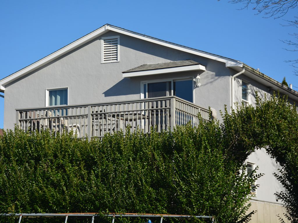 Large beach house walking distance to the beach newport for Large beach house