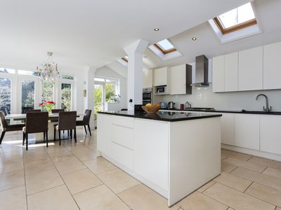 Photo for Light and airy 4 bed home with stunning garden and open plan living area (Veeve)