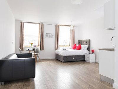Photo for Beautiful apartment in vibrant city centre!