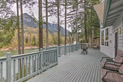 Getaway to 'Wild Sky River,' a vacation rental home with 2 bedrooms in Gold Bar!