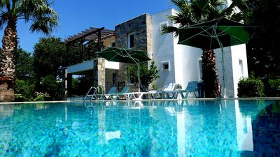 Photo for Excellent 2  bedroom holiday apartment with communal swimming pool.