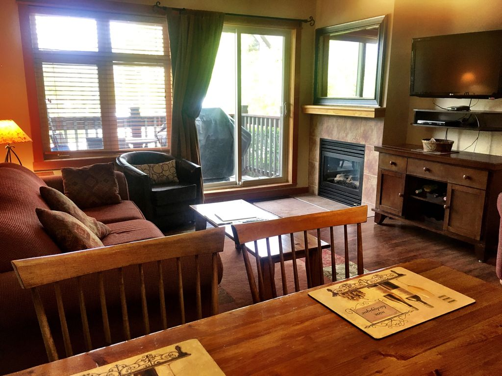 Canmore Condo Rental   Bright Living Room With Pull Out Sofa. Gas Fireplace.