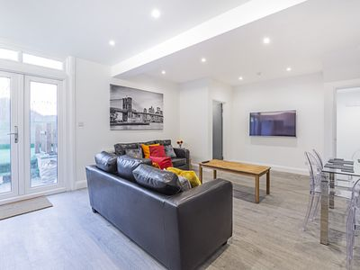 Photo for Stylish 2 bedroom apartment minutes from East Croydon