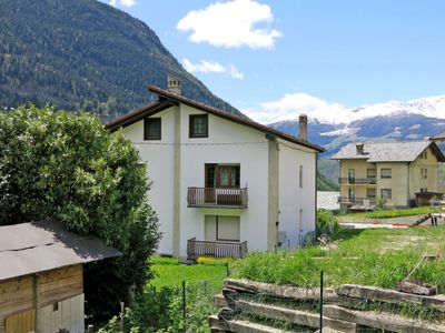 Photo for 2 bedroom Apartment, sleeps 5 with FREE WiFi and Walk to Shops