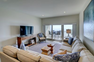 Oceanfront Living Room with Flat Screen TV & Netflix