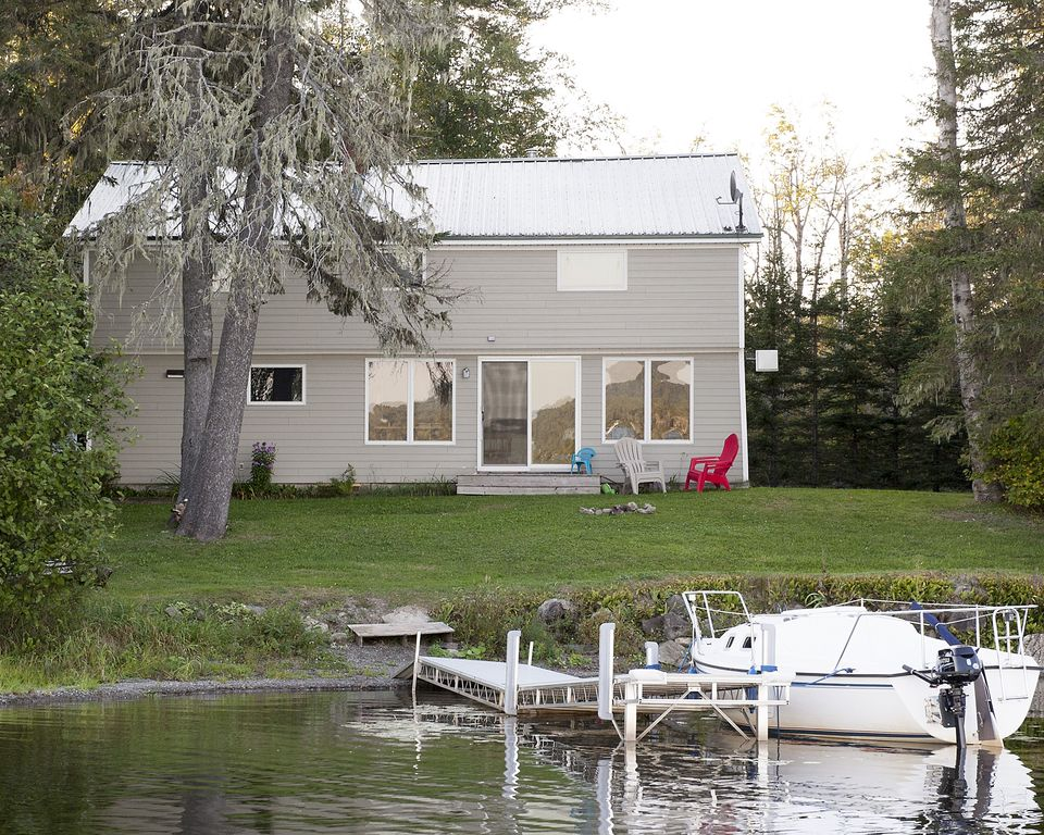 Lakefront 4 season northern maine cottage homeaway for Cabin rentals in maine with hot tub