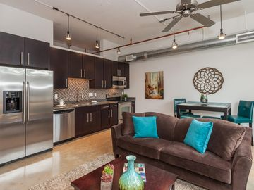 Sleek Fully Furnished Executive Loft Two Blocks From The Riverwalk!