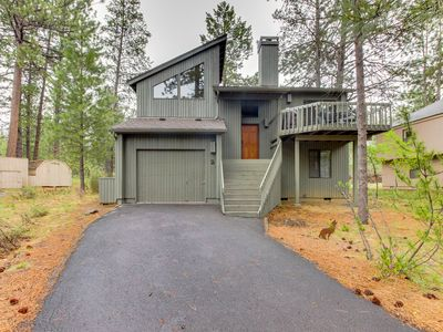 Photo for Adorable Sunriver cabin with private hot tub and SHARC passes!