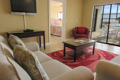 Carlos Pointe 322 offers comfortable seating, a large flat screen tv and fantastic direct Gulf views