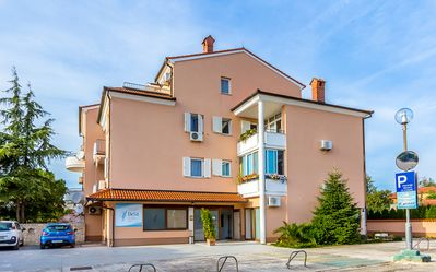 Photo for Great apartment with bedroom, bathroom, kitchen, air conditioning, balcony and only 400 meters to the sandy beach