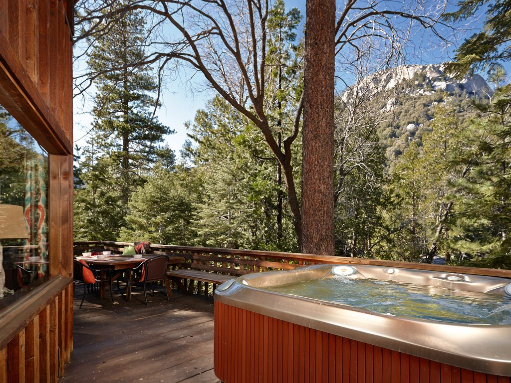 Perfect lily rock lodge 39 with amazing view vrbo for Knotty pine cabins idyllwild