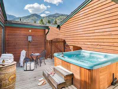 Outpost: Eagles Rest 2 - Newly Renovated, Private Hot Tub & Communal Pool Access