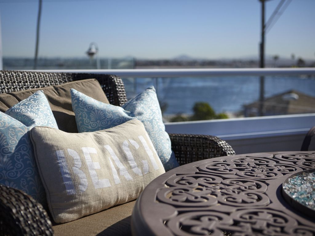 BAYSIDE WITH ROOFTOP DECK! BAY AND OCEAN... - HomeAway Mission Beach