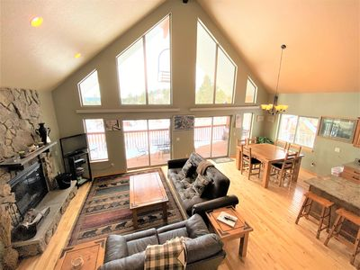 Large cabin with wood burning fireplace, hot tub, wifi!