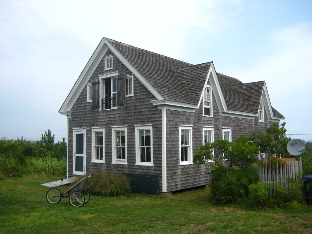 Classic oceanfront beach cottage open weeks block for Block island cottage
