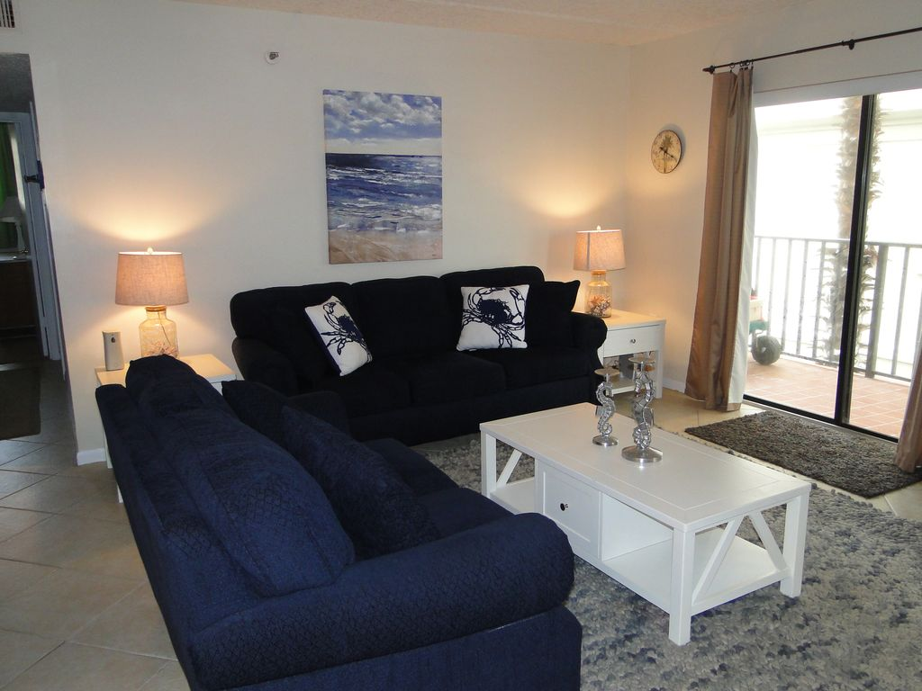 Casual and Comfortable Beach Chic Ocean View 2/2  on 2nd floor, perfect location