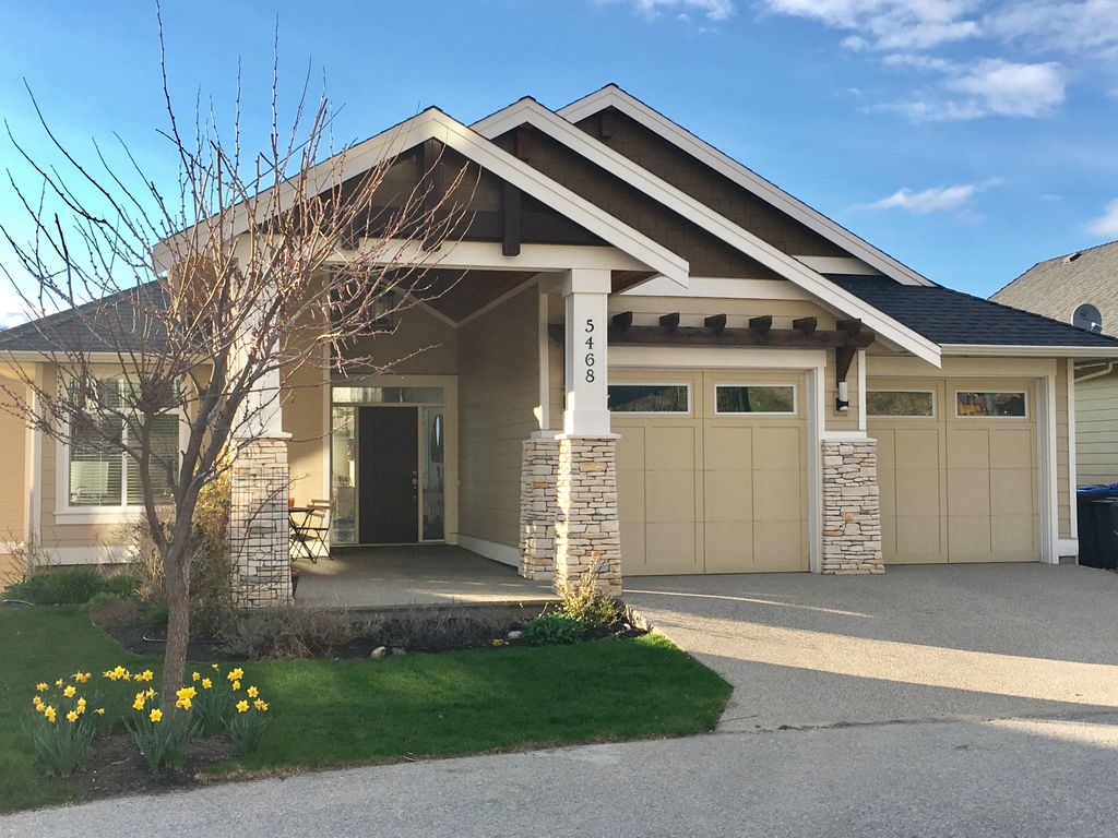 Lakeview spacious modern home w large deck vrbo for Big modern house tour