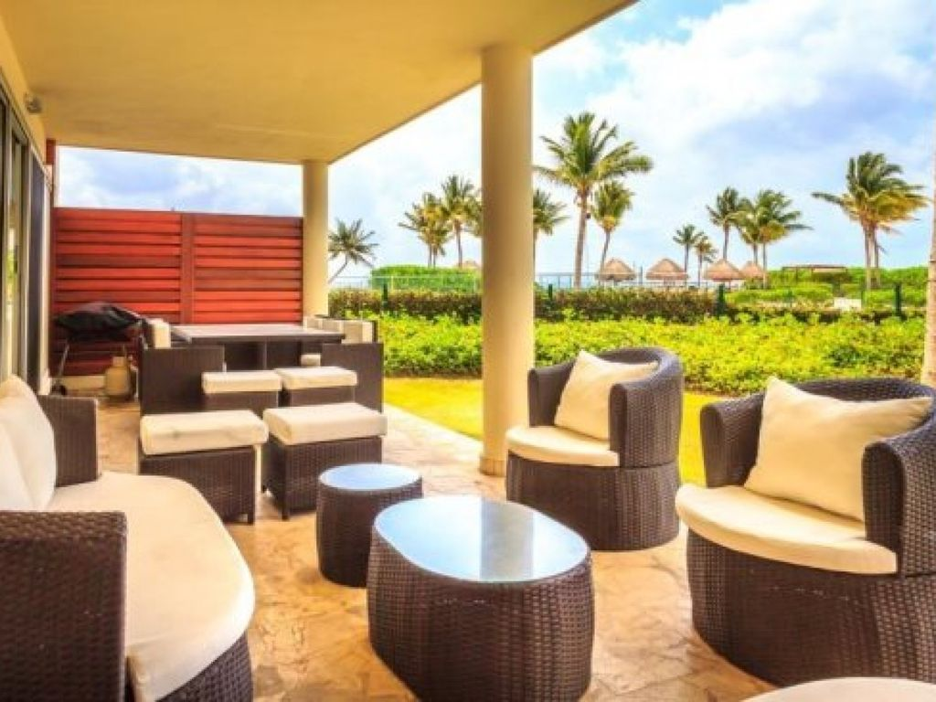 Corner Ground Floor Unit By The Beach Club And Pool