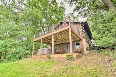 This lakeside home has 2 bedrooms and 1.5 bathrooms.