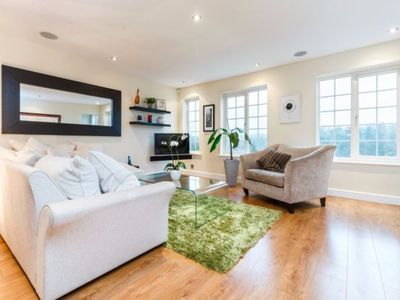 Photo for 4BR House Vacation Rental in Henley-on-Thames, England