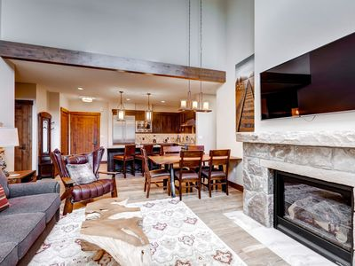 Photo for Spacious condo with vaulted ceilings, on-site pool & hot tub